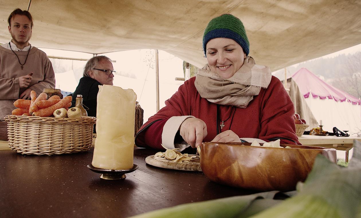 Stefanie beim Gemüseschneiden in unserem Lager