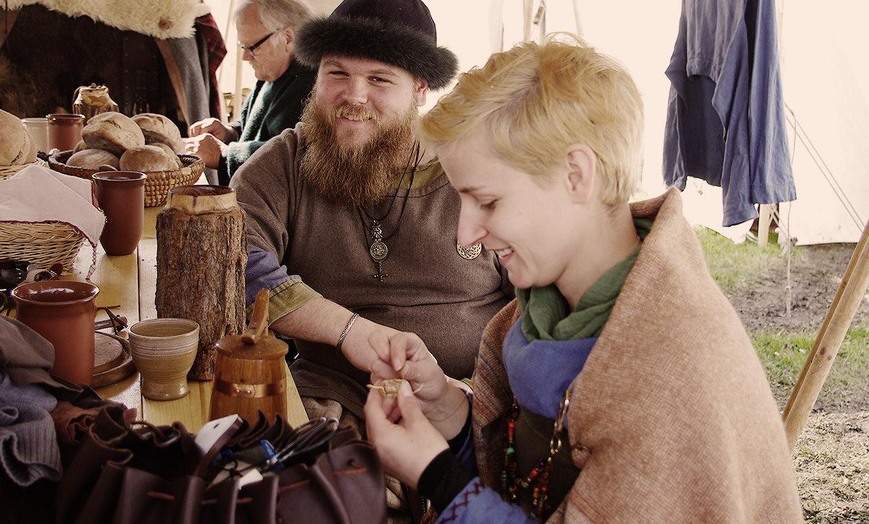 Fröhliches Plaudern und mittelalterliches Handwerk