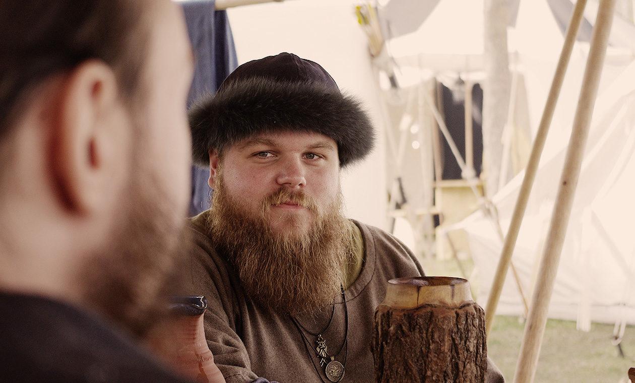 Wikinger mit Bart auf dem Mittelaltermarkt