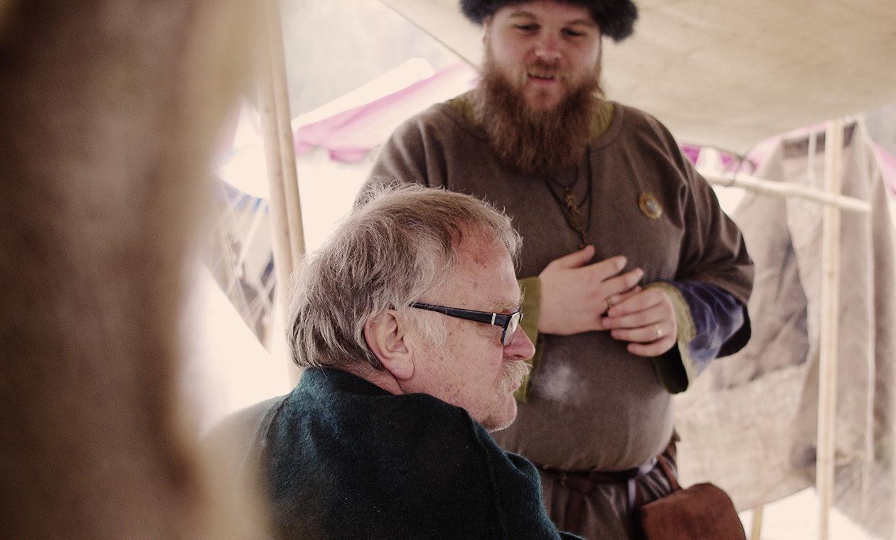 Vater und Sohn auf dem Mittelaltermarkt