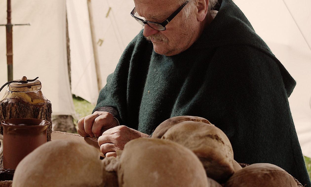 Lederarbeiten auf dem Mittelaltermarkt