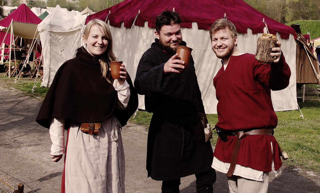 Mittelalterleute beim Zuprosten