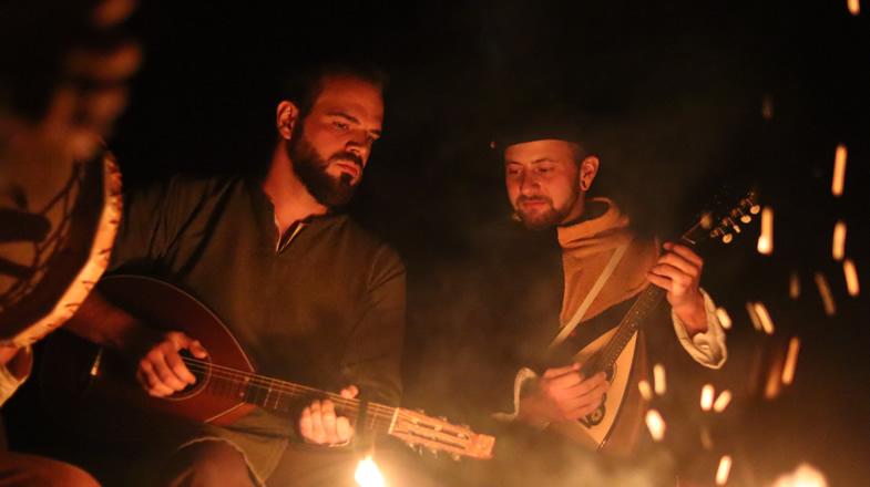 Andreas und Felin beim Musizieren am Lagerfeuer