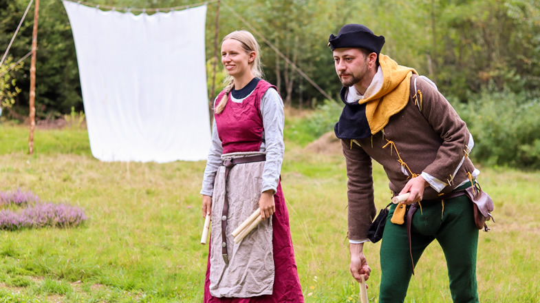 Anna und Felin beim Spiel auf der Wiese