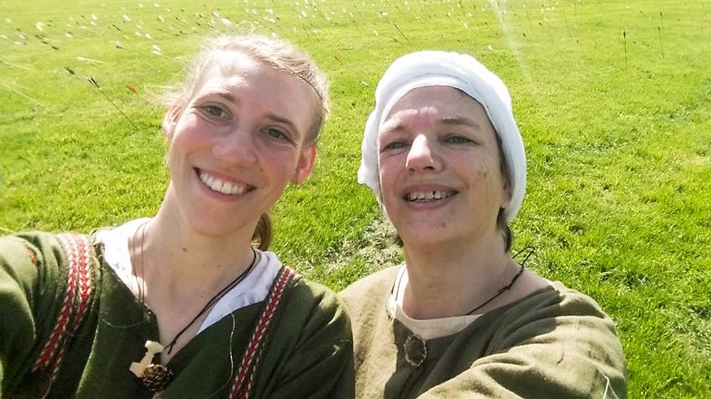 Anne und Gudrun vor dem Pfeilfeld