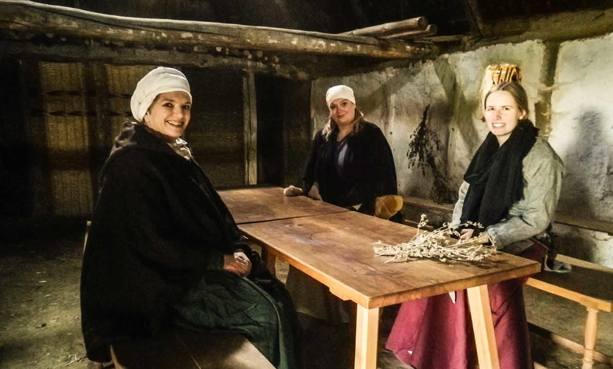 Fühlen sich schon wie daheim: Gudrun, Martina und Anna im großen Langhaus