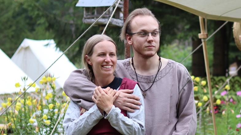 Anna und Benjamin Hand in Hand