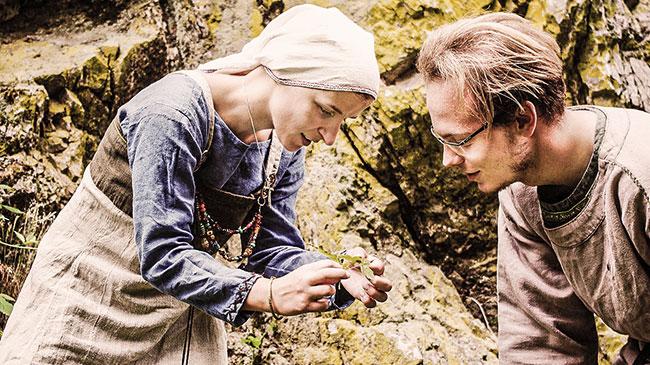 Dorothea und Benjamin begutachten eine kleine Pflanze