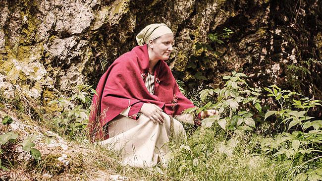 Stefanie beim Sammeln von Kräutern.