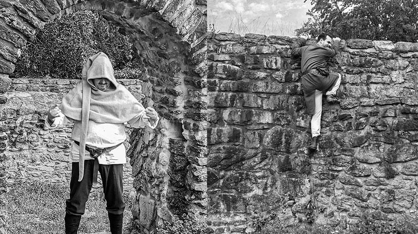 Ivo im Torbogen und Andreas an der Mauer