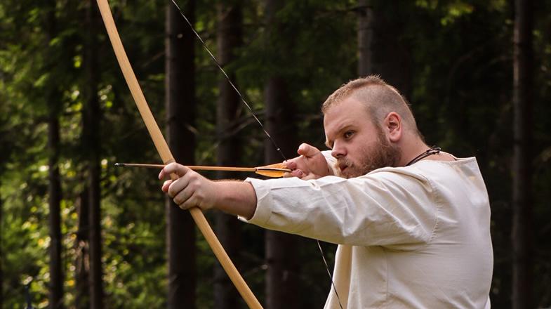 Christopher beim Bogenschießen