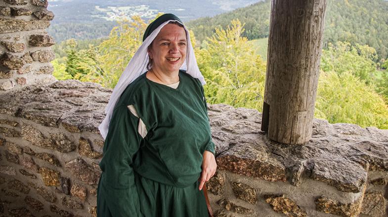Portrait von Gudrun auf dem Burgturm