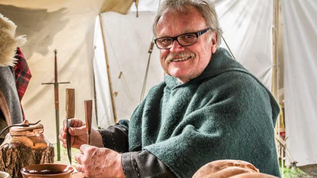 Manfred ist unser Mann, wenn es um tolle Lederarbeiten und scharfe Messer geht.