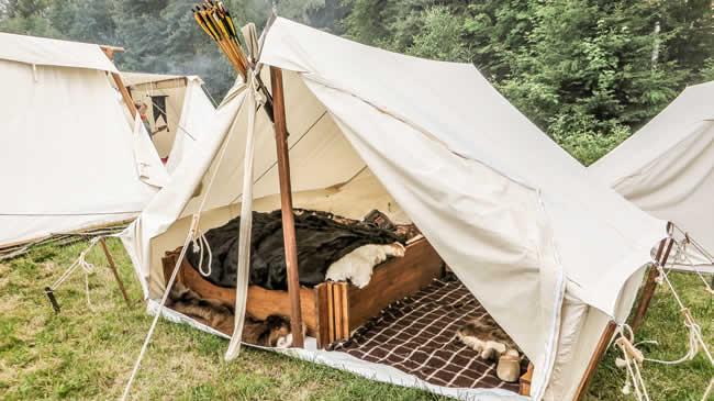 Nicht jedes Schlafzelt ist so vorzeigbar wie dieses. Die Ausstattung umfasst sogar ein hölzernes Steckbett.