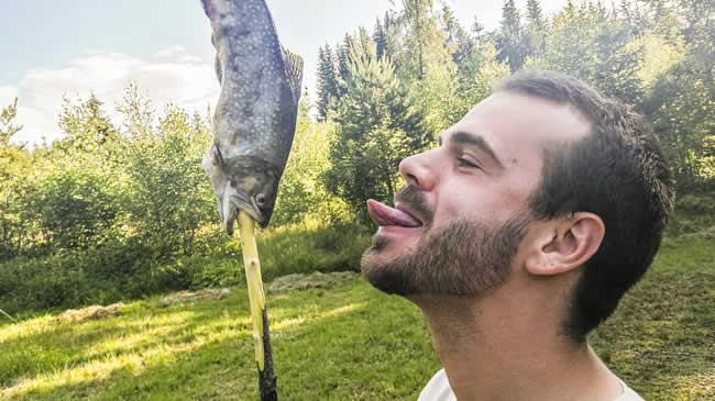 Ob nun am Stecken gegrillt oder in der Pfanne gebraten: Fisch ist eine unserer Leibspeisen.