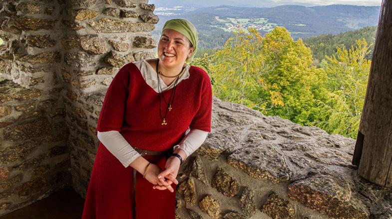 Portrait von Stefanie mit Blick auf den Bayerischen Wald